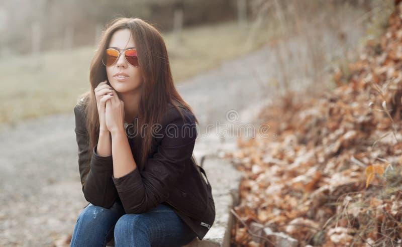 Młoda piękna dama w okularach przeciwsłonecznych przy słonecznym dniem portr - outdoors obraz stock