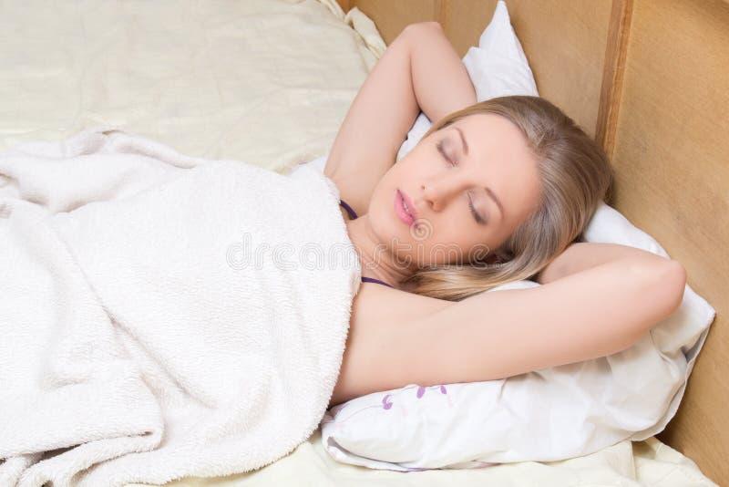 Młoda piękna dziewczyna śpi w łóżku obrazy royalty free