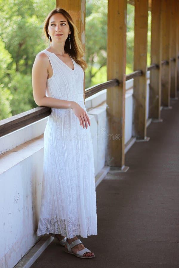 Młoda piękna dziewczyna w białej sukni na w górę akweduktu mostu tła obrazy royalty free