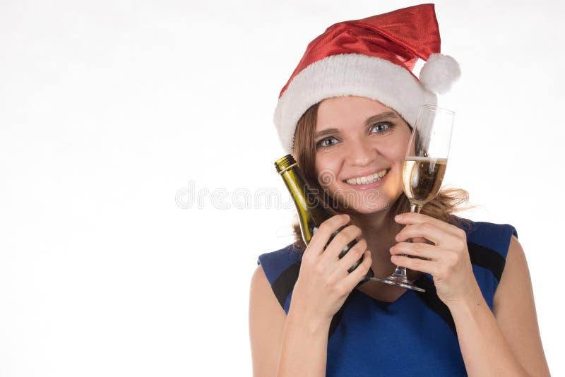 Młoda piękna dziewczyna w czerwonym Bożenarodzeniowym kapeluszu z szkłem cham obrazy royalty free