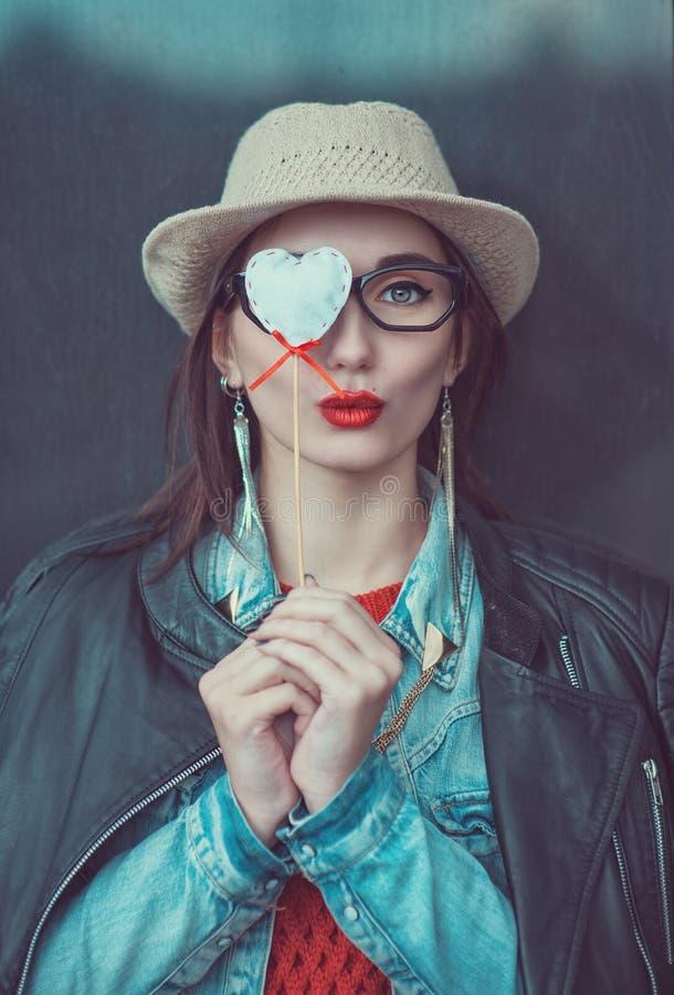 Młoda piękna dziewczyna w czerwonym bydle i kapelusz z zabawkarskim sercem obraz royalty free
