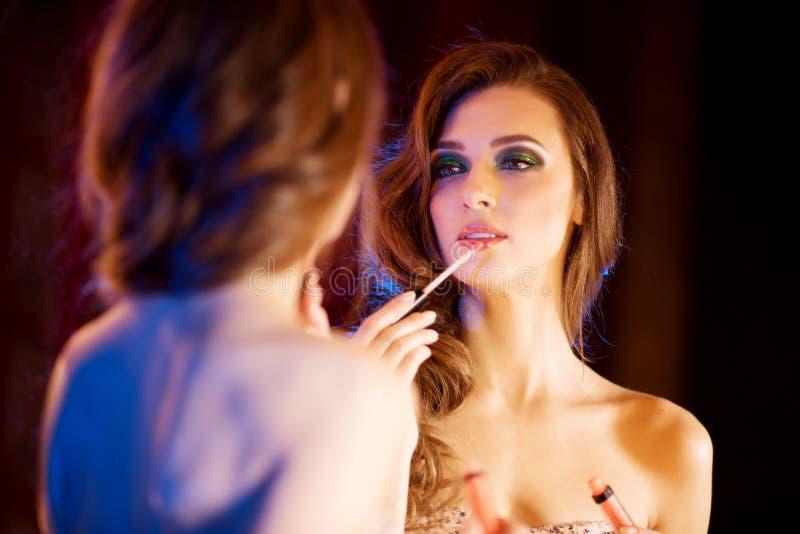 Młoda piękna dziewczyna w lustrze w klubie nocnym 20 piękna wieka wystawy retrospektywnej przeglądu s kobieta xx fotografia stock