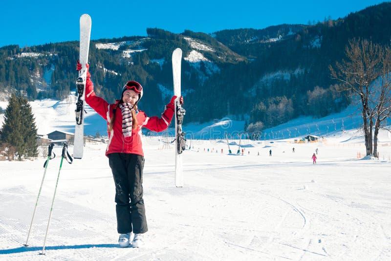 Młoda piękna dziewczyna w ośrodku narciarskim obrazy stock