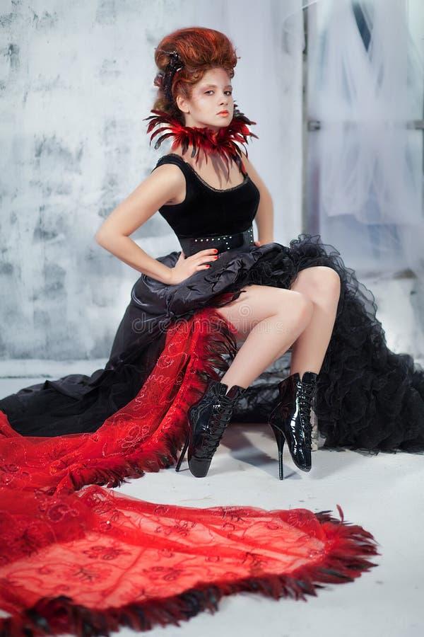 Młoda piękna dziewczyna w postaci złej czarodziejki zdjęcia stock