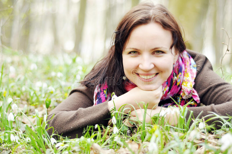 Młoda piękna dziewczyna w wiosna lesie obraz royalty free
