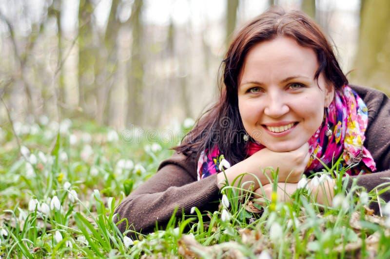 Młoda piękna dziewczyna w wiosna lesie obrazy royalty free