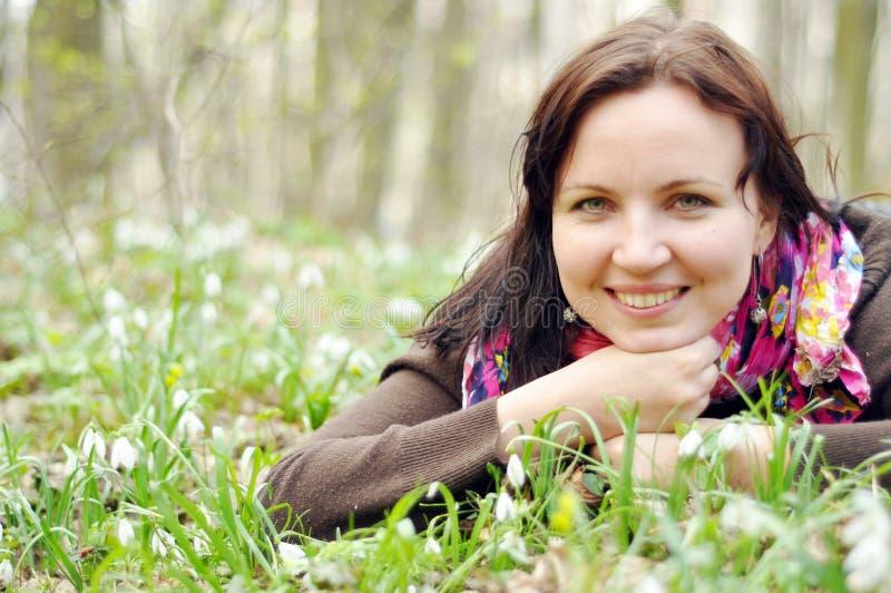 Młoda piękna dziewczyna w wiosna lesie zdjęcie stock
