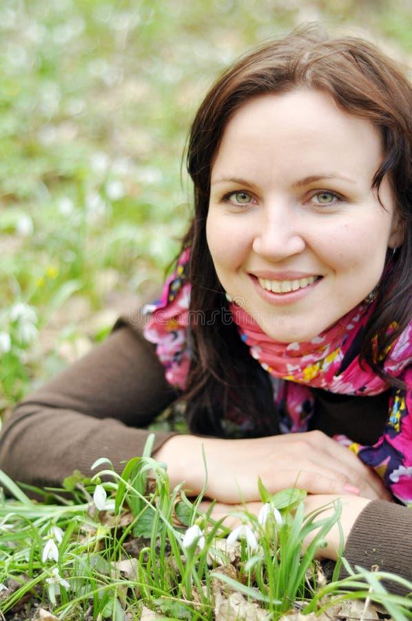 Młoda piękna dziewczyna w wiosna lesie zdjęcia royalty free