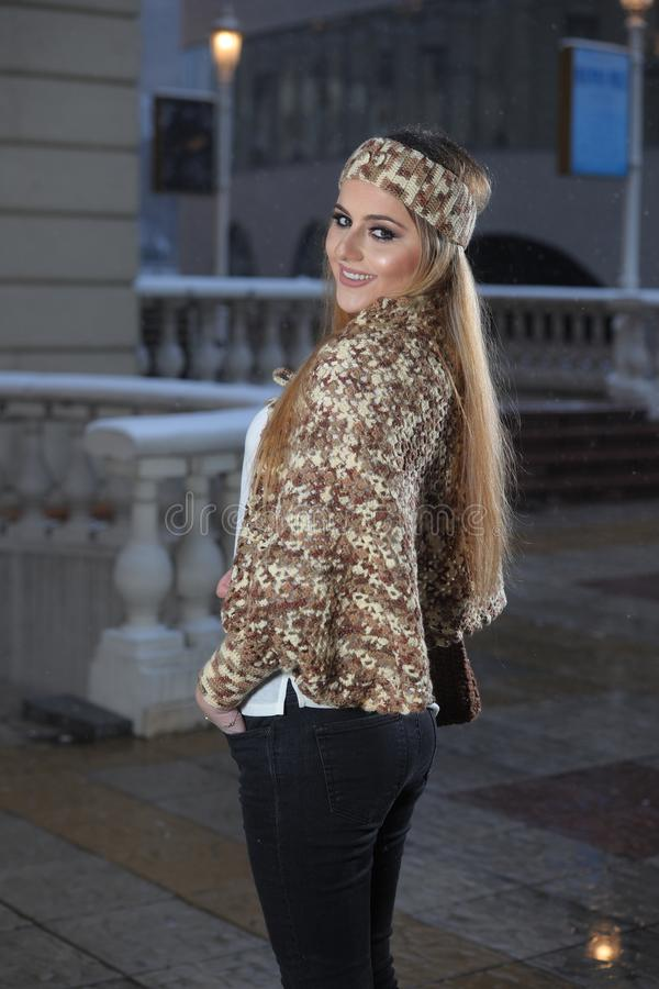 Młoda piękna dziewczyna z długie włosy w handmade trykotowej bluzce fotografia stock
