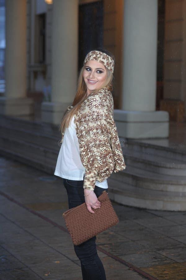 Młoda piękna dziewczyna z długie włosy w handmade trykotowej bluzce fotografia royalty free