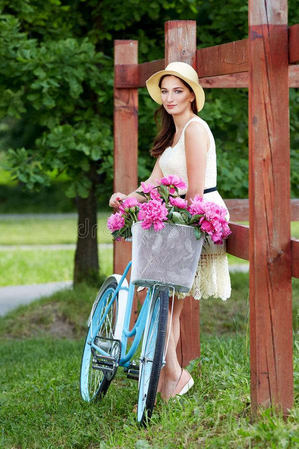 M?oda pi?kna, elegancko ubieraj?ca kobieta z retro bicyklem, Zdrowy, je?dzi? na rowerze zdjęcia royalty free