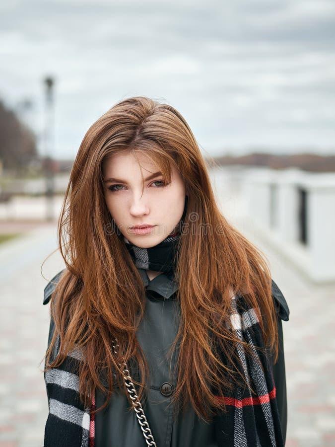 Młoda piękna emocjonalna rudzielec kobieta w eleganckim okopu żakiecie, duży szkocka krata szalik cieszy się wakacje czas wolnego fotografia royalty free