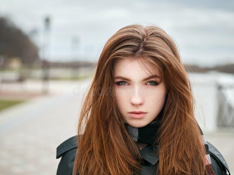 Młoda piękna emocjonalna rudzielec kobieta w eleganckim okopu żakiecie, duży szkocka krata szalik cieszy się wakacje czas wolnego obraz stock