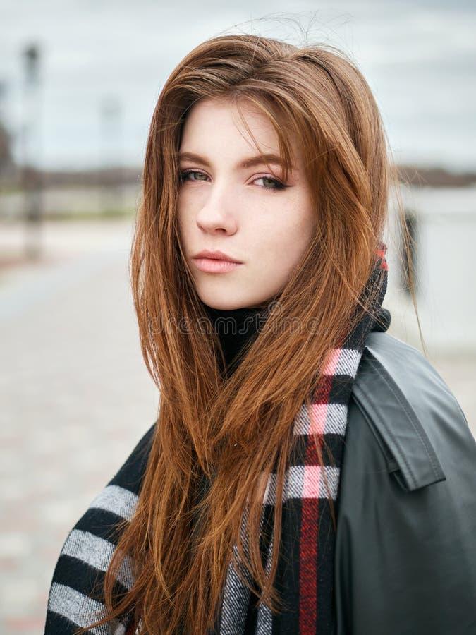 Młoda piękna emocjonalna rudzielec kobieta w eleganckim okopu żakiecie, duży szkocka krata szalik cieszy się wakacje czas wolnego zdjęcie stock