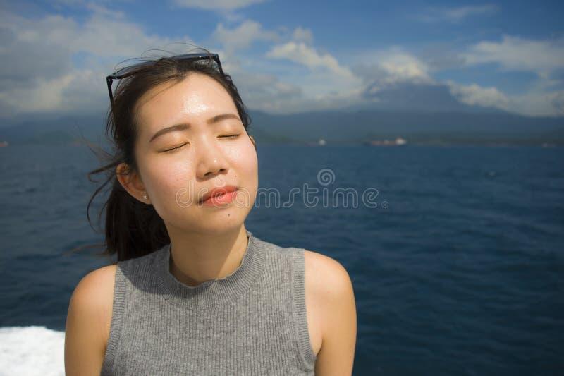 Młoda piękna i słodka Azjatycka Chińska kobieta uśmiecha się szczęśliwego cieszy się dennego popiół przy tropikalnym oceanu krajo zdjęcia stock