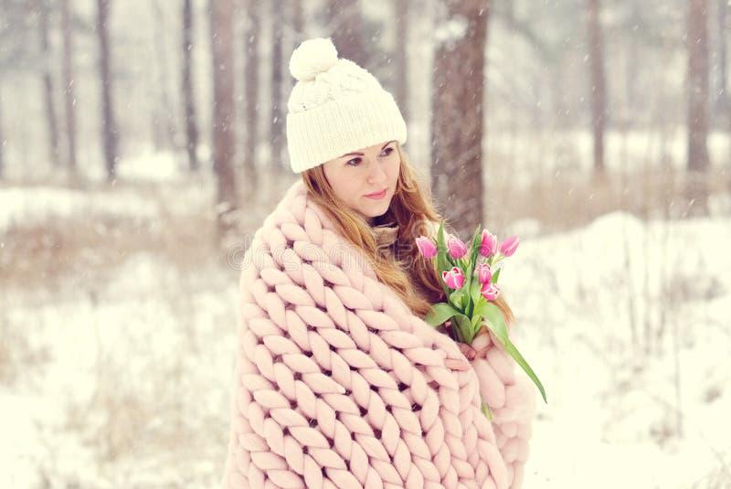 Młoda Piękna Kaukaska kobieta w zimy Odzieżowej i Gigantycznej Dziewiarskiej Pastelowych menchii koc obraz royalty free