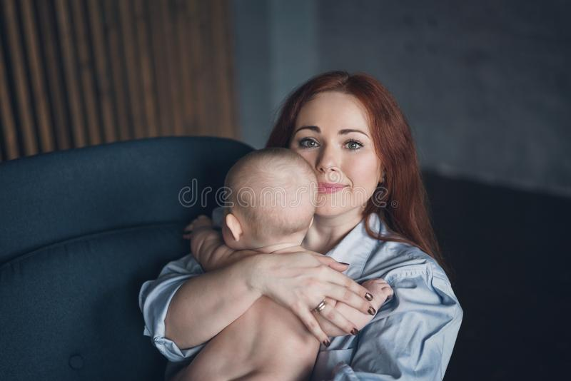 Młoda piękna kobieta ściska jej nowonarodzonego dziecka zdjęcia royalty free