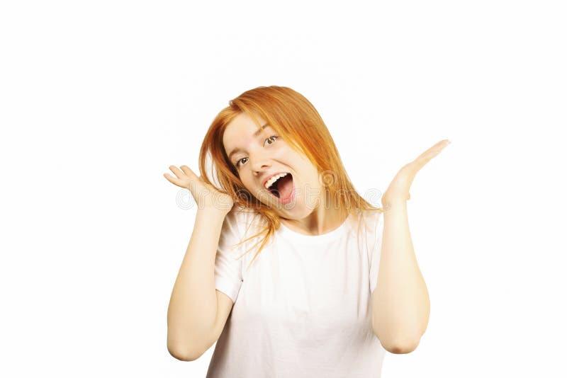Młoda piękna kobieta, atrakcyjna naturalna rudzielec, pokazuje emocje, wyrazy twarzy, pozuje na odosobnionym tle zdjęcia stock