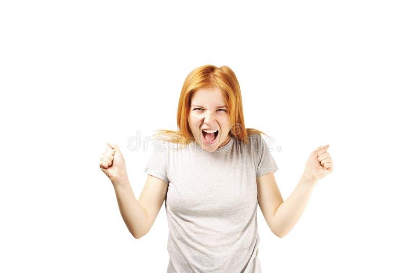Młoda piękna kobieta, atrakcyjna naturalna rudzielec, pokazuje emocje, wyrazy twarzy, pozuje na odosobnionym tle zdjęcia royalty free