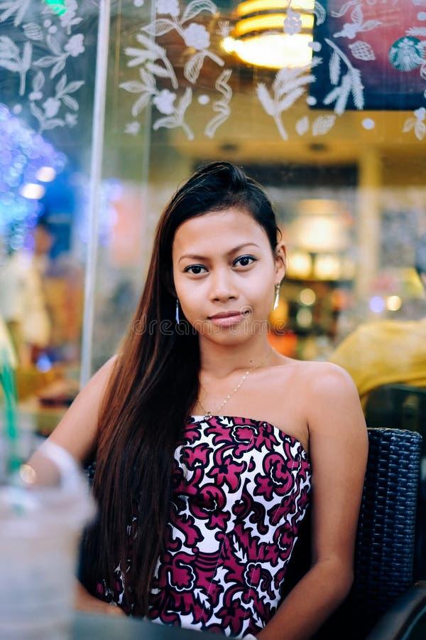 Młoda piękna kobieta chłodzi na zewnątrz sklep z kawą zdjęcia royalty free