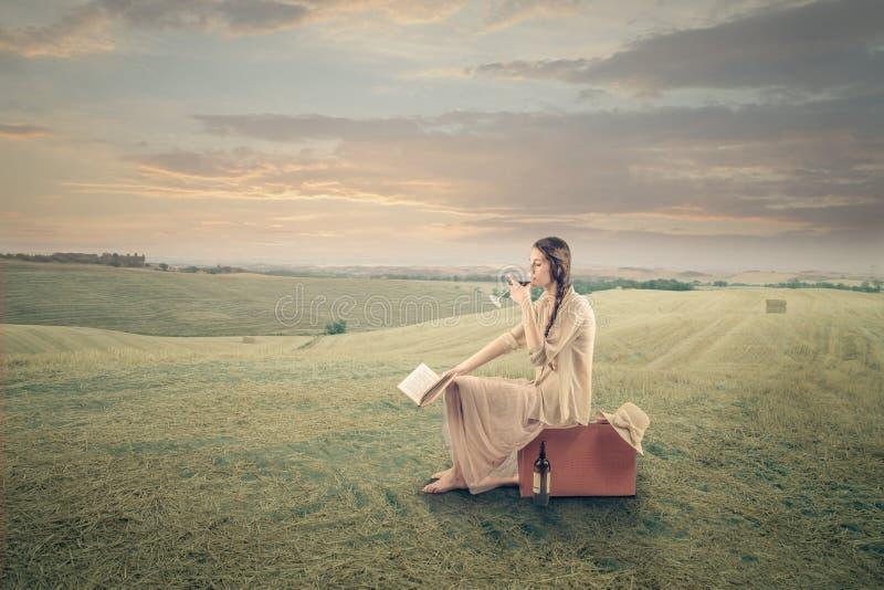 Młoda piękna kobieta chłodzi out w polach zdjęcie stock