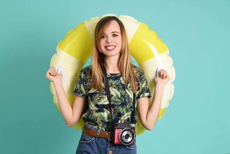 Młoda piękna kobieta gotowa na wakacje fotografia stock