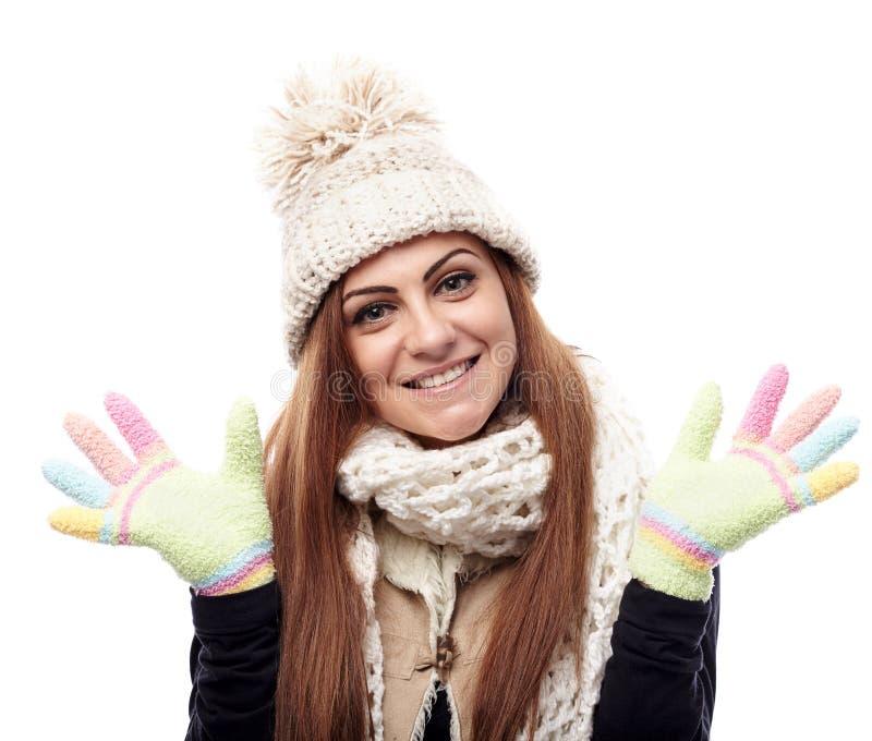 Młoda piękna kobieta jest ubranym nakrętkę, szalika i rękawiczki, zdjęcie stock