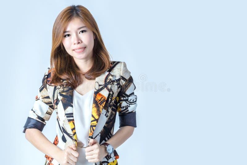 Młoda piękna kobieta jest ubranym zima uśmiech i odzież ty i obrazy royalty free