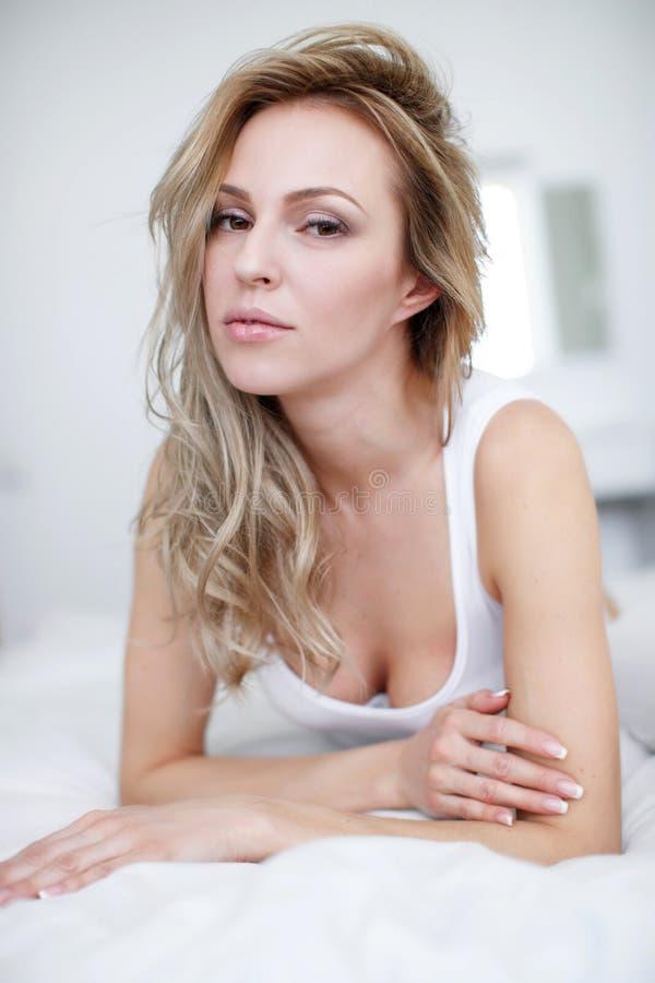 Młoda piękna kobieta kłama w jej łóżku fotografia royalty free