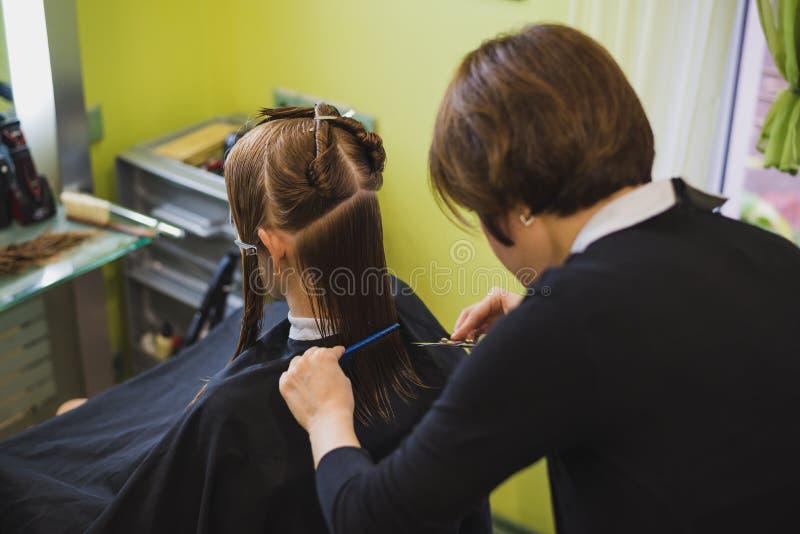 Młoda piękna kobieta ma jej włosy ciącego obrazy royalty free