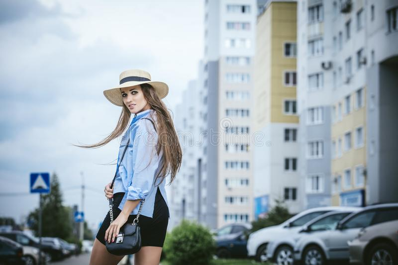 Młoda piękna kobieta modela damy fantazi koszula i kapelusz z torbą dalej obrazy stock