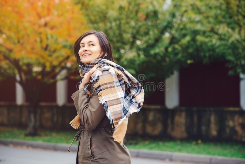 Młoda piękna kobieta na jesieni tle w słonecznym dniu Ludzie i stylu życia pojęcie fotografia stock