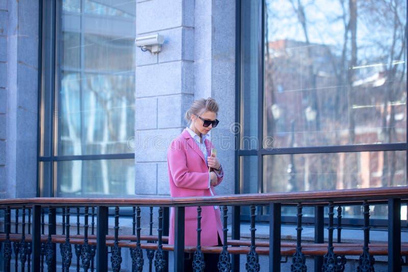 Młoda piękna kobieta spaceruje w mieście w moda żakiecie zdjęcie royalty free