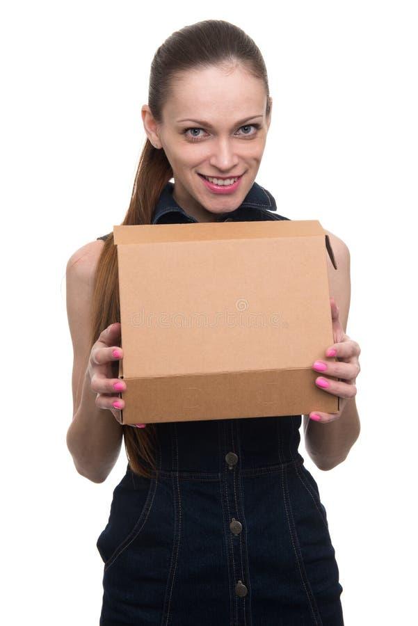 Młoda piękna kobieta trzyma pudełko obrazy stock