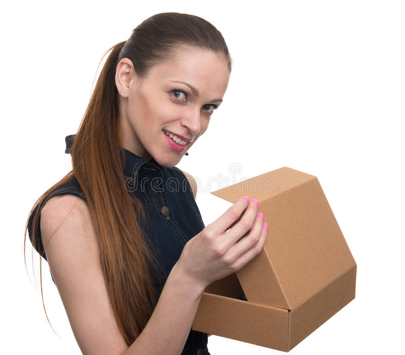 Młoda piękna kobieta trzyma pudełko zdjęcie stock