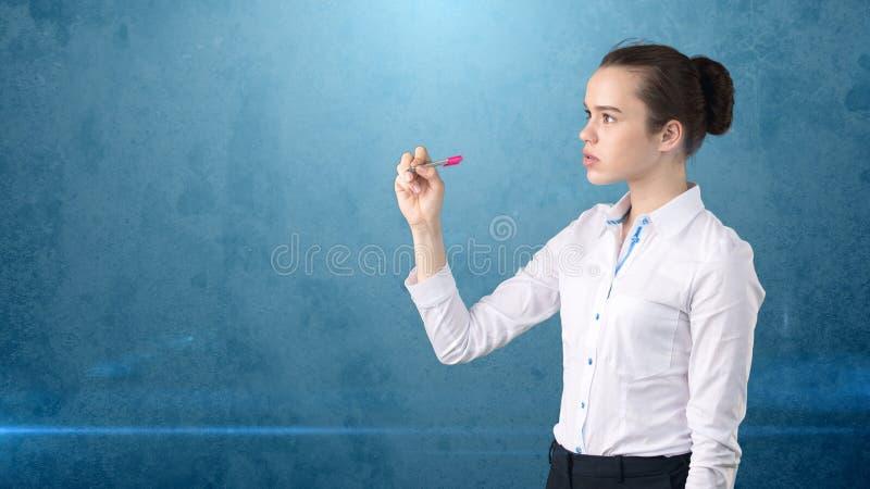 Młoda piękna kobieta w biel spódnicie z pióra writing na ekranie Biznesowy pojęcie z copyspace Odosobniony tło obraz stock