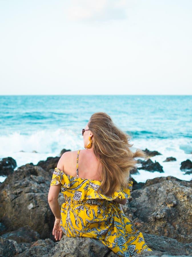 Młoda piękna kobieta w kapeluszu żółtej maksiej sukni i, słoneczny dzień, wolności pojęcie, wakacje obraz stock