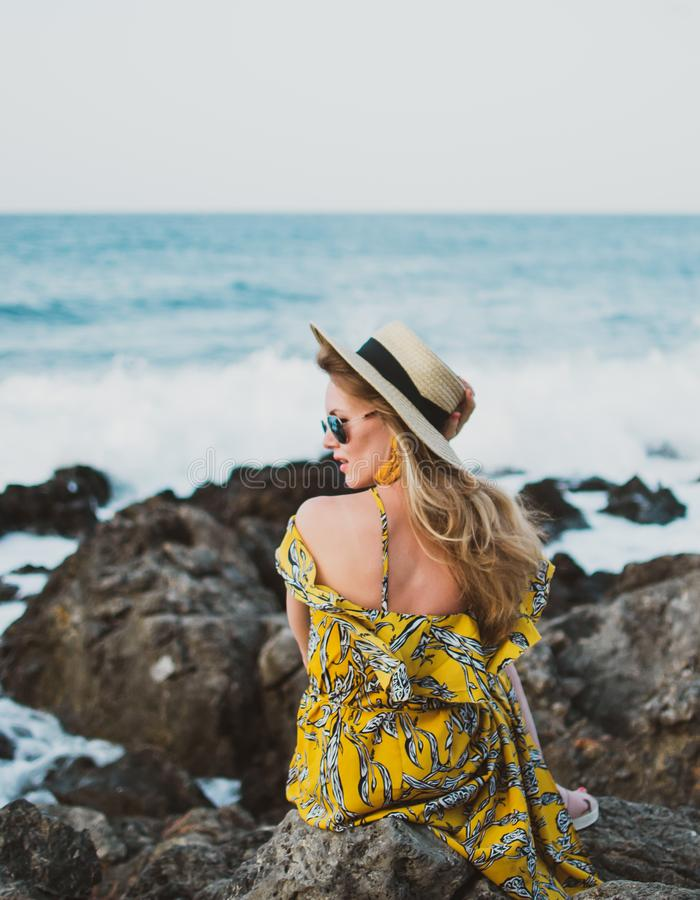 Młoda piękna kobieta w kapeluszu żółtej maksiej sukni i, słoneczny dzień, wolności pojęcie, wakacje fotografia stock