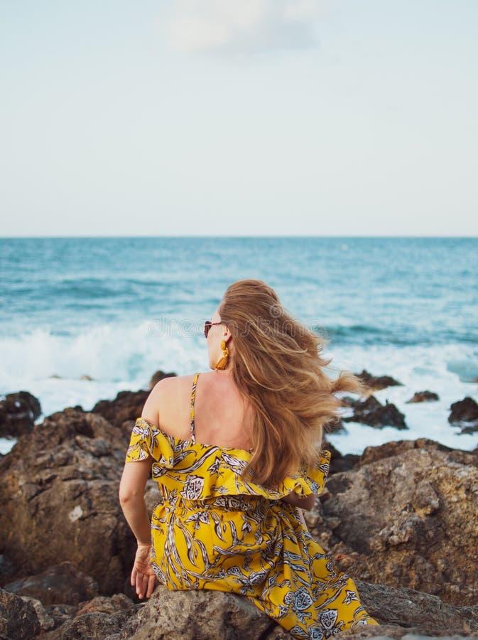 Młoda piękna kobieta w kapeluszu żółtej maksiej sukni i, słoneczny dzień, wolności pojęcie, wakacje zdjęcie royalty free