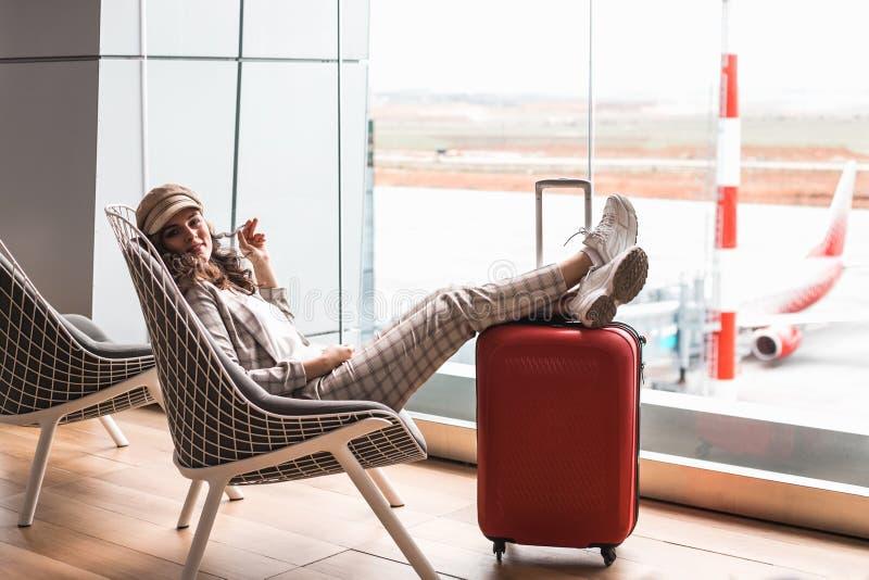 M?oda pi?kna kobieta w Lotniskowej poczekalni zdjęcie stock