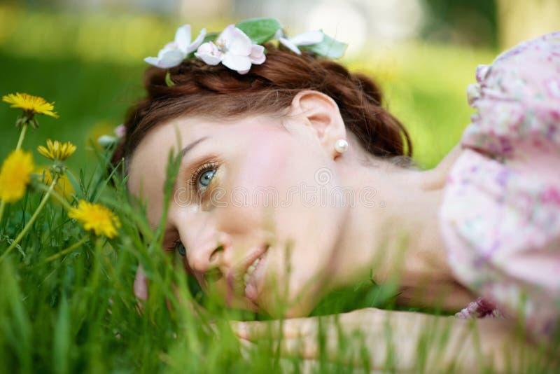 Młoda piękna kobieta w ogródzie fotografia stock
