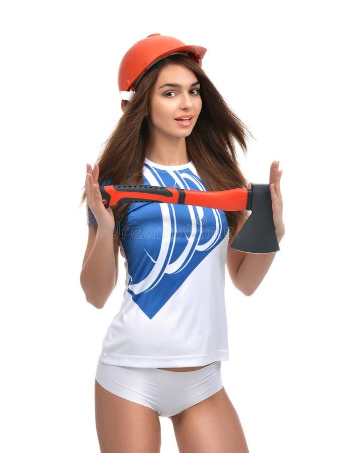 Młoda piękna kobieta w pomarańczowej budowa zbawczego kapeluszu przedstawienia ciosce zdjęcia stock