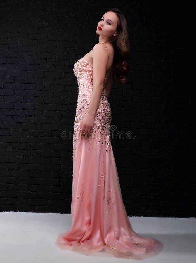 Młoda piękna kobieta w różowej sukni zdjęcie stock