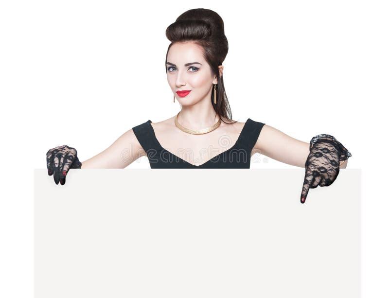 Młoda piękna kobieta w retro szpilce up projektuje z pustym sztandarem obraz stock