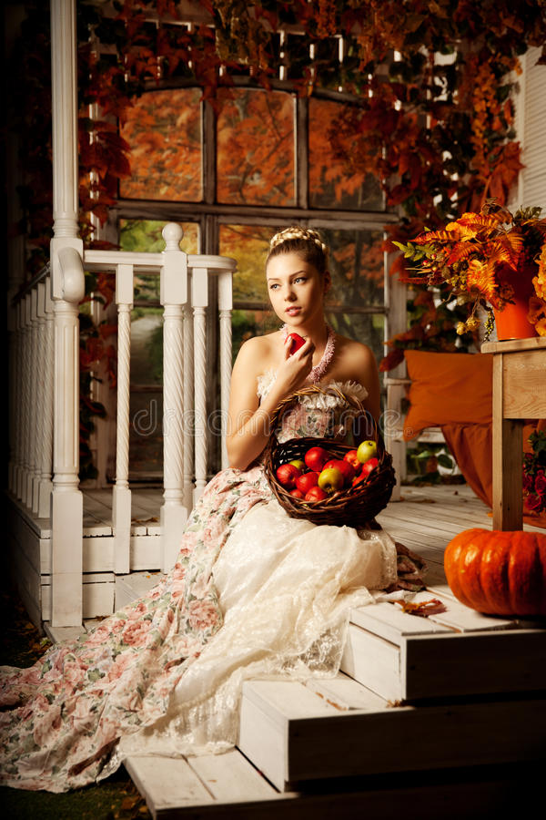 Młoda piękna kobieta w rocznik sukni na jesień ganeczku Piękno g zdjęcia royalty free