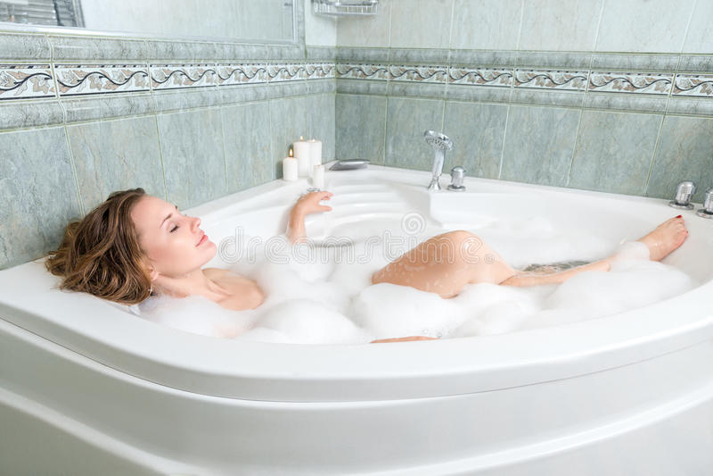Młoda piękna kobieta w skąpaniu fotografia royalty free