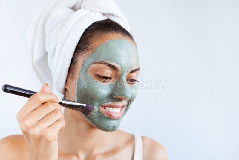 Młoda piękna kobieta w twarzy masce leczniczy błękitny błoto Zdrój zdjęcia royalty free