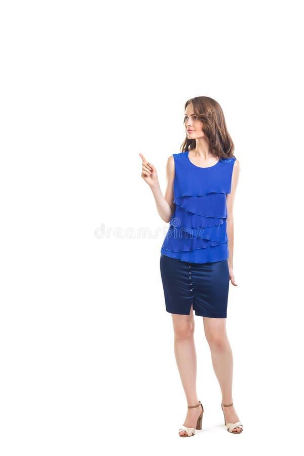 Młoda piękna kobieta wskazuje kopii przestrzeń odizolowywającą na bielu plecy obraz stock