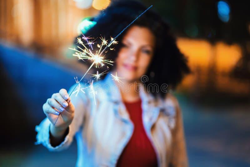 Młoda piękna kobieta z bardzo kędzierzawym afro włosianym tanem z Bengal ogieniem przy nocą iluminował ulicę Niezwykły modny obrazy stock