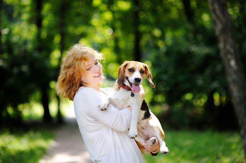 Młoda piękna kobieta z Beagle psem fotografia stock